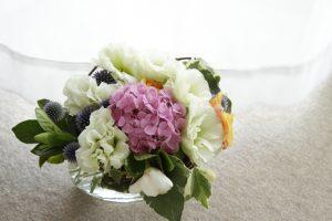 花器に活けた紫陽花のアレンジメント
