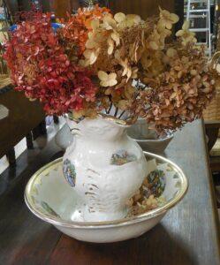 アンティークな陶器に飾った紫陽花のドライフラワー