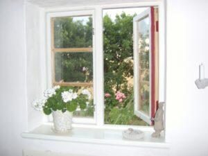 窓辺に置く花のイメージ
