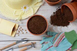 園芸用品と土の入った鉢がおしゃれに並べられている様子